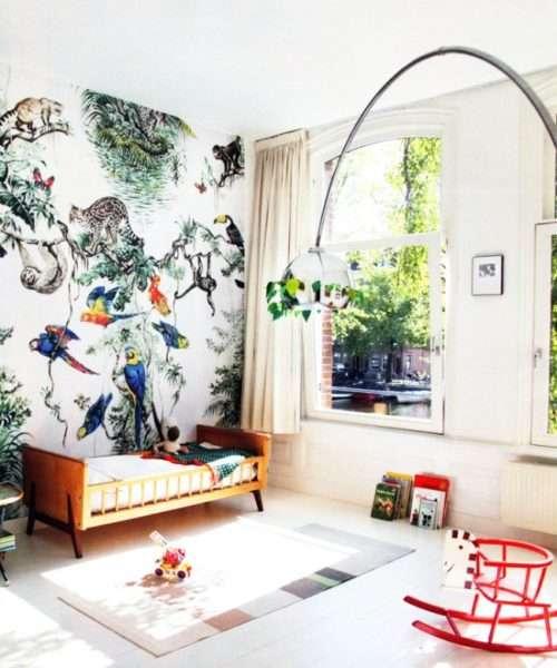 обои в гостиной с ярким рисунком
