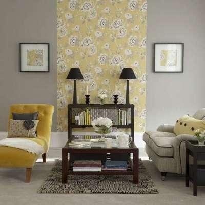 жёлтые обои в гостиной в комбинации с серыми