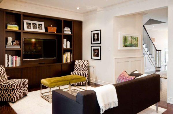 стенка в интерьере гостиной эконом класса