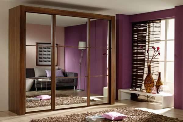 шкаф купе с зеркальными фасадами в интерьере гостиной