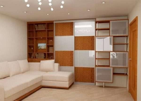 шкаф купе с дверями в шахматном порядке в интерьере гостиной