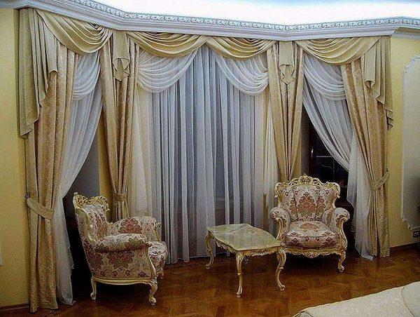 шторы в интерьере гостиной в классическом стиле