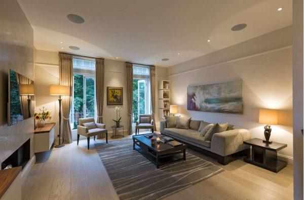 бежевые шторы классического стиля в интерьере гостиной