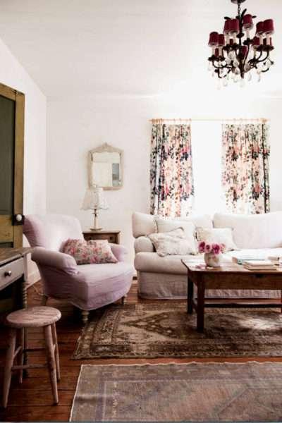 шторы в интерьере гостиной с цветочным принтом