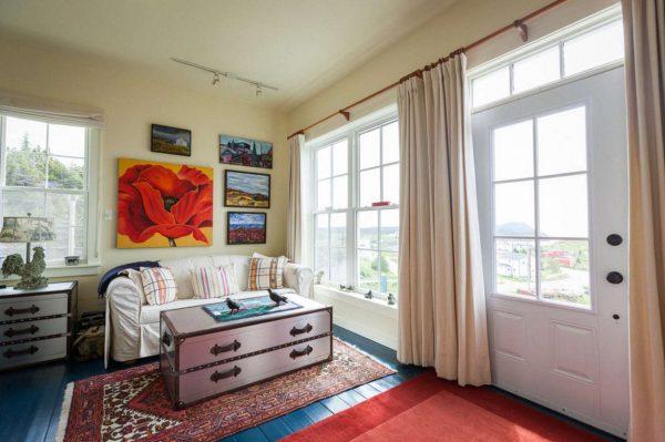 бежевые шторы в интерьере гостиной