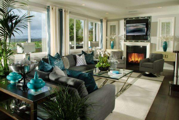 шторы бирюзового цвета в интерьере гостиной