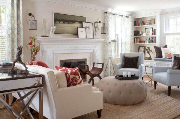 белые шторы с узором в интерьере гостиной