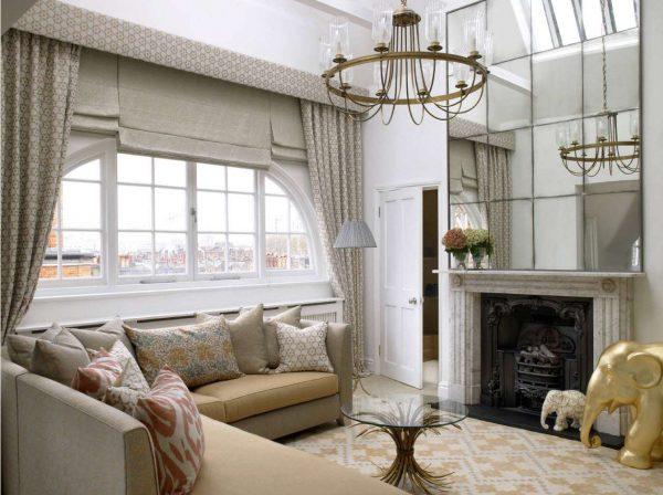 роскошные шторы классического стиля с рулонными в интерьере гостиной