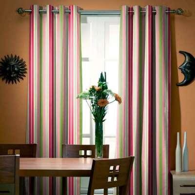 шторы с вертикальным рисунком в гостиной