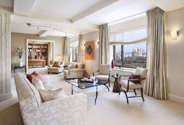 прямые шторы бежевого цвета в интерьере современной гостиной