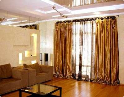 прямые классические шторы в гостиной