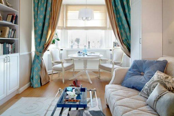 двухцветные шторы в интерьере современной гостиной