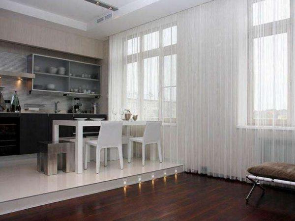 прямые полупрозрачные шторы в интерьере современной гостиной