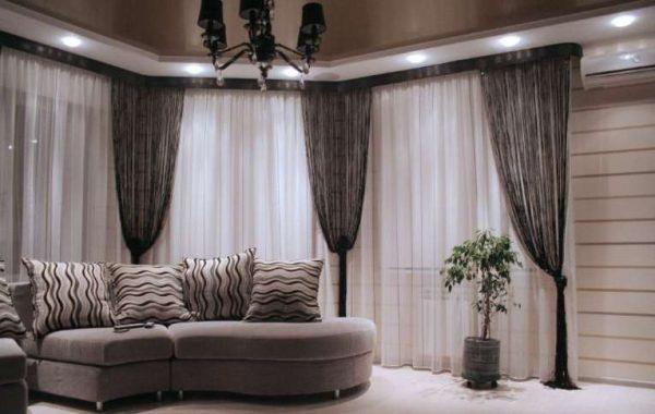 шторы с подхватами в интерьере современной гостиной
