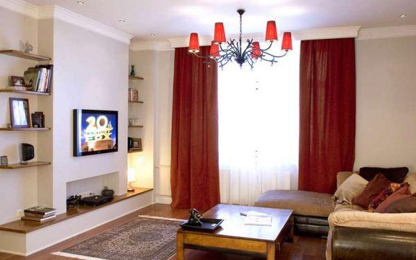 красные шторы классического кроя в интерьере современной гостиной