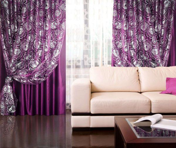 шторы разных фактур сиреневого цвета в интерьере гостиной