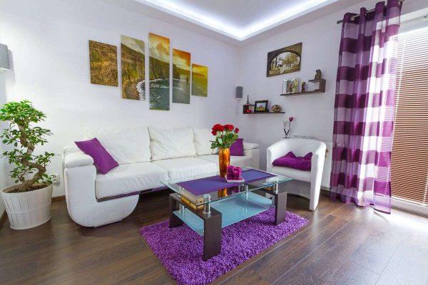 шторы в горизонтальную полоску сиреневого цвета в интерьере гостиной