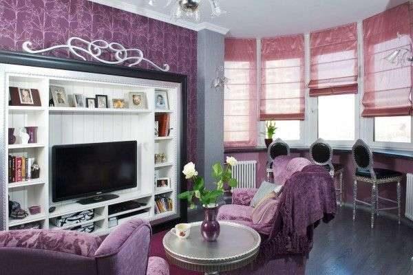 рулонные сиреневые шторы в интерьере гостиной