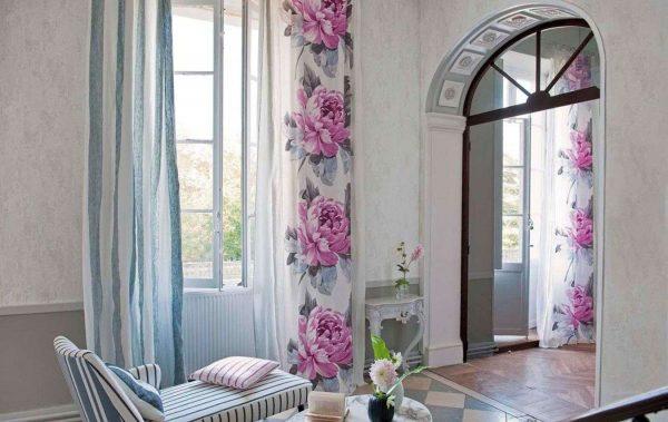 шторы с сиреневым цветочным принтом в интерьере гостиной