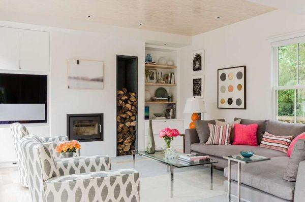 камин в интерьере гостиной со скандинавским стилем