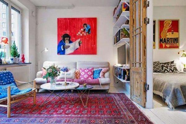 в интерьере гостиной в скандинавском стиле яркий ковёр и картина