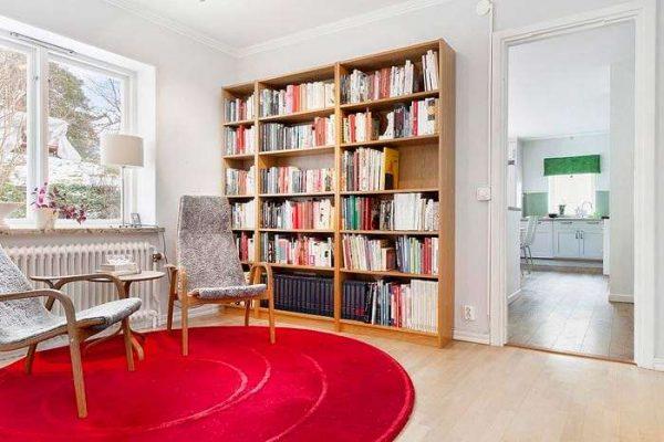 открытые книжные полки в интерьере гостиной в скандинавском стиле