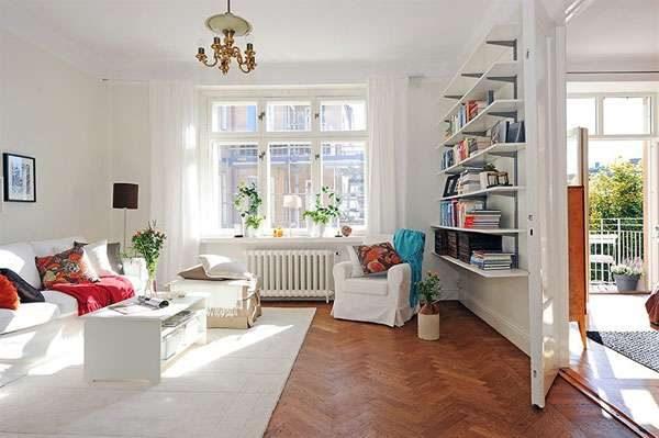 открытые полки и яркие подушки в гостиной в скандинавском стиле