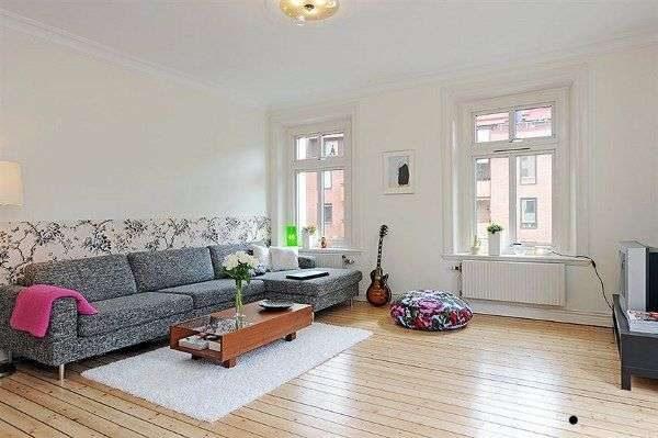 серый диван в гостиной в скандинавском стиле