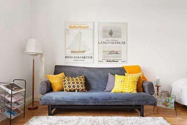 серый диван в интерьере гостиной в скандинавском стиле