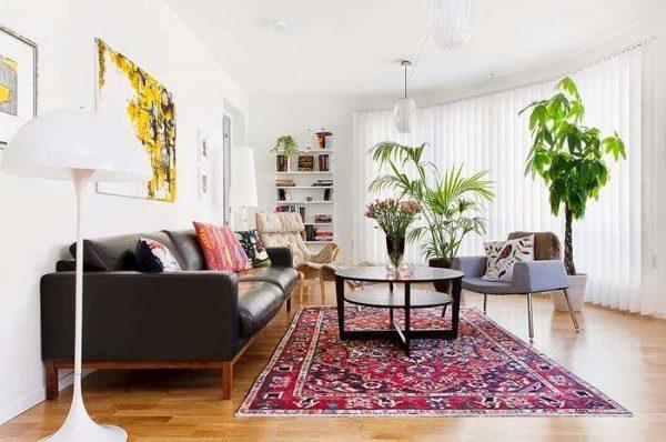 в интерьере гостиной в скандинавском стиле яркий ковёр и цветы