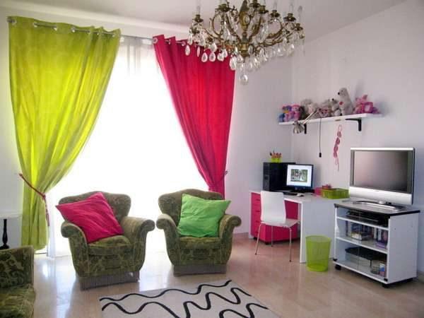 Сочетание ярких цветов в интерьере гостиной