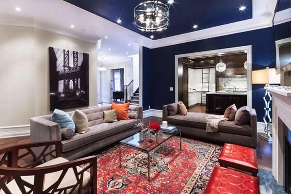 комбинирование синего и красного цветов в гостиной