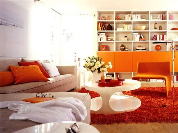 комбинирование оранжевого и белого цветов в гостиной