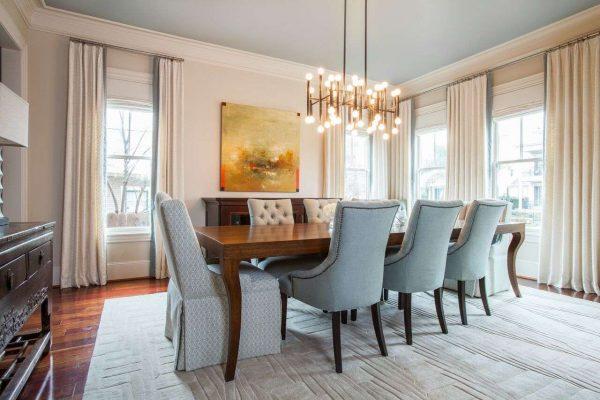 освещение над обеденной зоной в гостиной в стиле современной классики