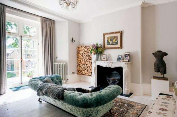 камин в гостиной в современной классике