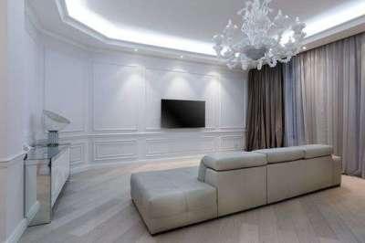 современная классика в гостиной с белыми стенами