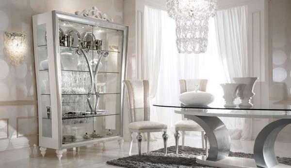 современный сервант с прозрачными стёклами в интерьере гостиной