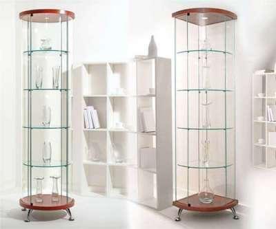 современный шкаф со стеклянными полками в интерьере гостиной