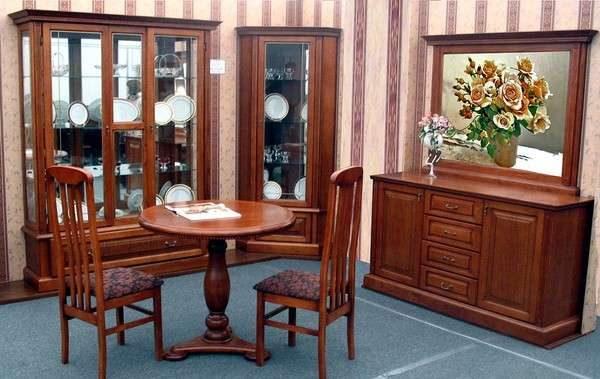 деревянный шкаф с посудой в интерьере гостиной