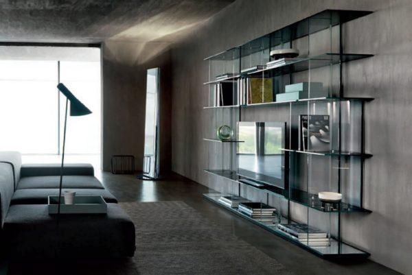 шкаф со стёклами в интерьере гостиной лофт