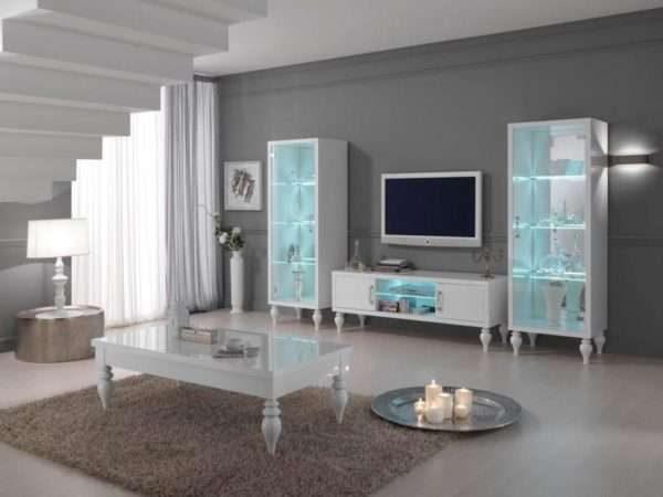 шкаф с подсветкой с прозрачными дверцами в интерьере гостиной