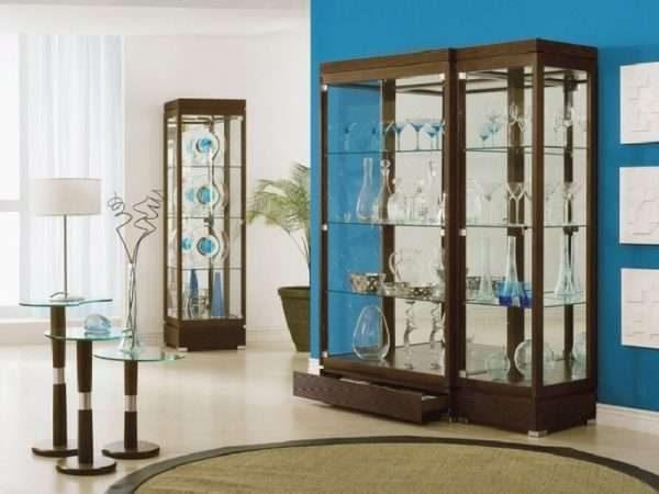 шкаф витрина с прозрачными дверцами в интерьере гостиной