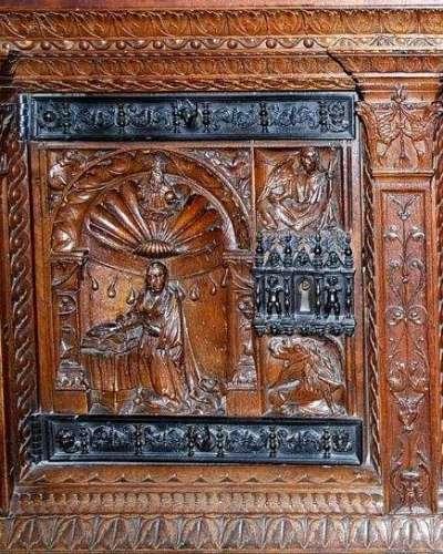 С помощью техники резьбы по дереву умельцы изображали лики и фигуры католических святых