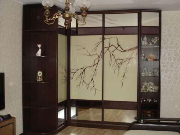 угловой шкаф с зеркальными фасадами для гостиной