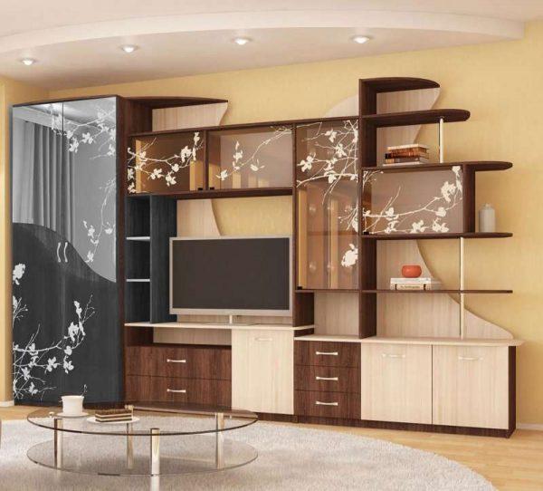стенка со шкафом со стеклянными фасадами и рисунком для гостиной