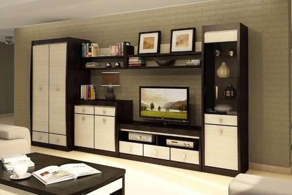коричневая стенка со шкафом со светлыми фасадами для гостиной