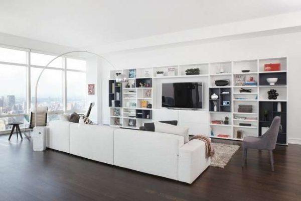 белая мебельная стенка в интерьере гостиной