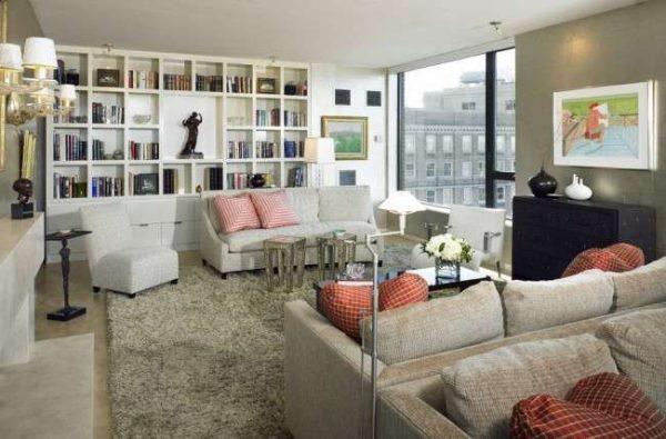белая мебельная стенка в интерьере гостиной с открытыми полками