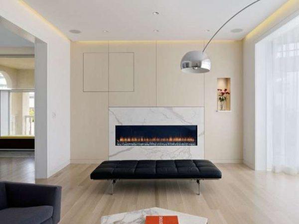 белая мебельная стенка с гладкими фасадами в интерьере гостиной