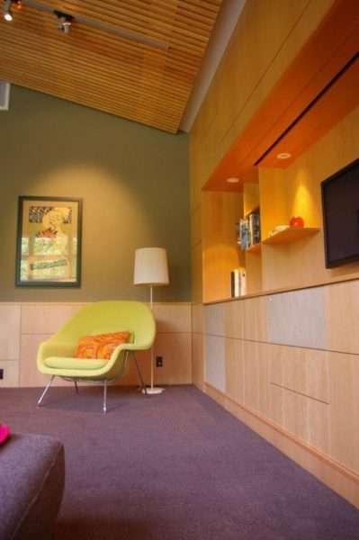 мебельная стенка с открытыми полками в интерьере гостиной
